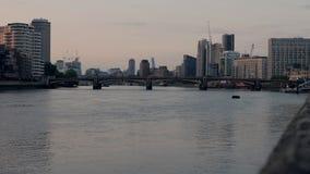 Ponte de Vauxhall e rio Tamisa, Londres, Reino Unido video estoque