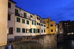 Ponte de Ponte Vecchio em Florença, Itália na noite Imagem de Stock Royalty Free