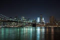 A ponte de w Brooklyn da skyline de New York City Fotos de Stock Royalty Free