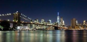 A ponte de w Brooklyn da skyline de New York City Imagens de Stock Royalty Free