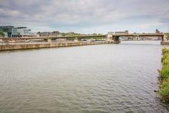 A ponte de Wilhelmina que mede sobre o rio Meuse fotografia de stock