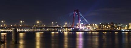 Ponte de Willemsbrug e rio Meuse na noite foto de stock royalty free