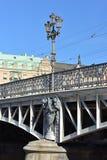 Ponte 1897 de Yurgordsbrun Trilhos do ferro fundido que indicam plantas estilizados e limites e candelabras projetados pelo arqui fotos de stock