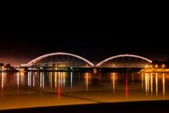Ponte de Zezelj sobre Danúbio em Novi Sad na noite fotografia de stock royalty free