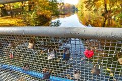 Ponte degli amanti, balaustra con i lucchetti nelle coppie di amore fotografie stock