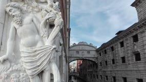 Ponte dei Sospiri och närbild med en mänsklig staty i Venedig, Italien Arkivbild