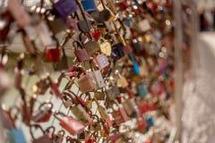 Ponte del biglietto di S. Valentino delle coppie delle serrature di Salisburgo Austria di amore fotografia stock
