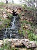 Ponte del calcare e della cascata invece di una miniera abbandonata del calcare vicino ai panici del villaggio della regione Russ immagine stock libera da diritti