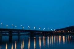 Ponte del ` delle automobili alle luci immagine stock