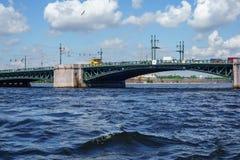 Ponte del ponte di San Pietroburgo, del ponte della trinità o di Troitsky sopra il fiume di Neva fotografia stock libera da diritti