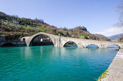 Ponte del Diavolo eller Ponte della Maddalena, Borgo en Mozzano, Luc Royaltyfri Foto