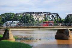 Ponte del ferro attraverso il fiume di rumore metallico Immagine Stock Libera da Diritti