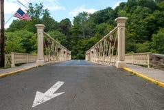 Ponte del ferro con la freccia e la bandiera americana bianche fotografie stock libere da diritti