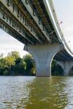 Ponte del fiume da sotto Fotografia Stock Libera da Diritti