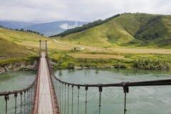 Ponte del fiume di Katun vicino al villaggio di Multa altai Fotografia Stock Libera da Diritti