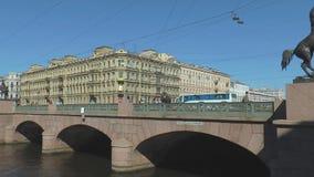 Ponte del fiume Fontanka a St Petersburg e di Anichkov stock footage