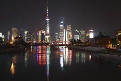 Ponte del giardino della diga di Shanghai di orizzonte alla notte immagine stock
