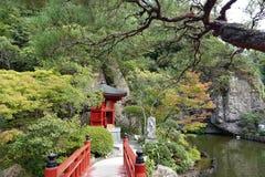 Ponte del giardino del tempio di ji di Oya vicino ad Utsunomiya nel Giappone fotografia stock