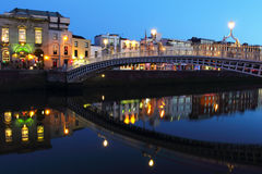 Ponte del halfpenny alla notte a Dublino Fotografia Stock