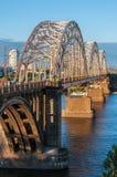 Ponte del metallo per le automobili ed i treni Fotografie Stock Libere da Diritti