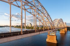 Ponte del metallo per le automobili ed i treni Fotografia Stock Libera da Diritti