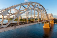 Ponte del metallo per le automobili ed i treni Fotografie Stock