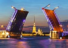 Ponte del palazzo e Peter e Paul Fortress aperti alla notte, St Petersburg, Russia immagini stock