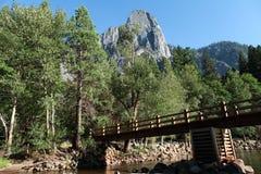 Ponte del piede attraverso il fiume di Merced Fotografia Stock