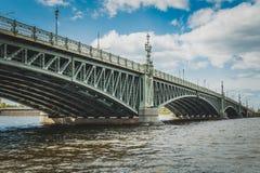 Ponte del ponte di San Pietroburgo, del ponte della trinità o di Troitsky sopra il fiume di Neva fotografie stock libere da diritti