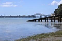 Ponte del porto di Auckland dalla baia di Herne a Auckland Nuova Zelanda immagine stock