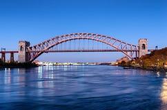 Ponte del portone dell'inferno alla notte, in Astoria, Queens, New York U.S.A. immagine stock