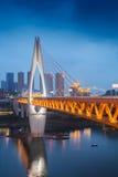 Ponte del punto di riferimento della notte di paesaggio urbano di Chongqing China fotografie stock libere da diritti