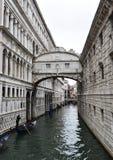 Ponte Del Sospiri, puente de suspiros en Venecia, Italia imagenes de archivo