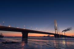 Ponte sopra il fiume congelato Fotografia Stock Libera da Diritti
