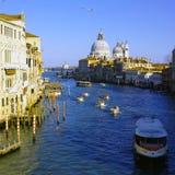 从Ponte dell'Accademia的重创的卡纳尔威尼斯景色 库存照片