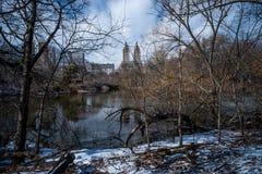 Ponte dell'arco ed il San Remo del Central Park con neve nell'inverno fotografia stock libera da diritti