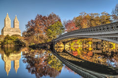 Ponte dell'arco il giorno del cielo blu Fotografia Stock