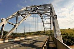 Ponte dell'arco sopra il primo piano del fiume di Mtamvuma Immagine Stock