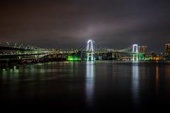 Ponte dell'arcobaleno di Tokyo alla notte fotografia stock libera da diritti
