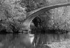 Ponte dell'arcobaleno sopra il fiume Cherwell al parco dell'università di Oxford fotografia stock