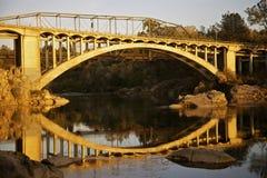 Ponte dell'arcobaleno sul lago Natoma al tramonto Fotografie Stock