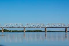 Ponte dell'automobile sopra il fiume Fotografia Stock