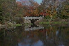 Ponte dell'azienda agricola della curvatura del fiume Immagine Stock