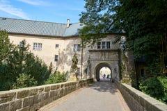 Ponte dell'entrata al castello di rinascita di Hruba Skala Fotografia Stock