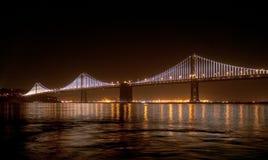 Ponte della baia con le luci della baia sopra Fotografie Stock Libere da Diritti