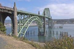 Ponte della baia di Yaquina a Newport Oregon Immagine Stock