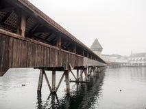 Ponte della cappella, nella foschia e nel cielo nuvoloso Immagine Stock
