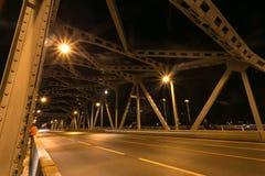 Ponte della città e del fiume di notte Fotografia Stock Libera da Diritti
