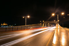 Ponte della città e del fiume di notte Fotografia Stock