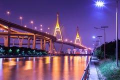 Ponte della città e del fiume di notte Immagine Stock Libera da Diritti